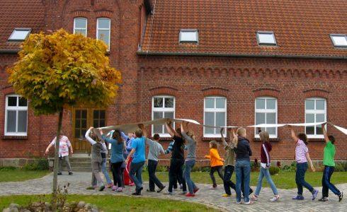 Erlebnis Gemeinschaft trägt - Gang ums Rondell (Foto: Birgit Molin)